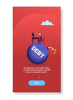 Biznesmena siedzący miejsce pracy pracuje na procentu bomby kredytowym długu kryzysu finansowego ostatecznego terminu pojęciu