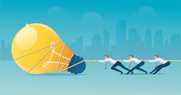 Biznesmeni ciągną linę z żarówką