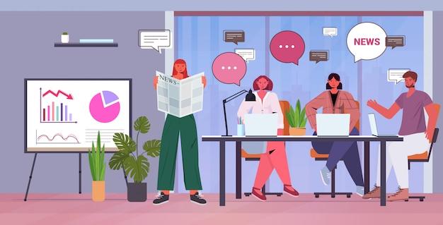 Biznesmeni czyta gazetę omawiając codzienne wiadomości podczas spotkania bąbelkowej rozmowy koncepcja komunikacji ludzie biznesu zespół pracujący w biurze pełnej długości poziomej ilustracji