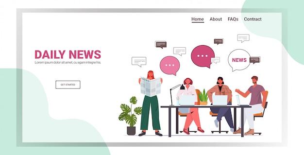 Biznesmeni czytania gazety omawianie codziennych wiadomości podczas spotkania bąbelkowego rozmowy koncepcja komunikacji pełnej długości poziomej przestrzeni ilustracji