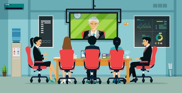 Biznesmeni i pracownicy spotykają się w formie wideokonferencji