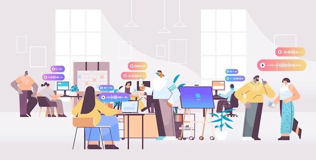 Biznesmeni komunikują się w komunikatorach za pomocą wiadomości głosowych aplikacja czatu audio media społecznościowe koncepcja komunikacji online pozioma ilustracja wektorowa pełnej długości