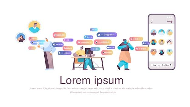 Biznesmeni komunikują się w komunikatorach za pomocą wiadomości głosowych aplikacja czatu audio media społecznościowe koncepcja komunikacji online pozioma pełna długość kopia przestrzeń ilustracji wektorowych