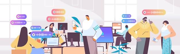 Biznesmeni komunikują się w komunikatorach za pomocą wiadomości głosowych aplikacja czatu audio media społecznościowe koncepcja komunikacji online poziome portret ilustracji wektorowych