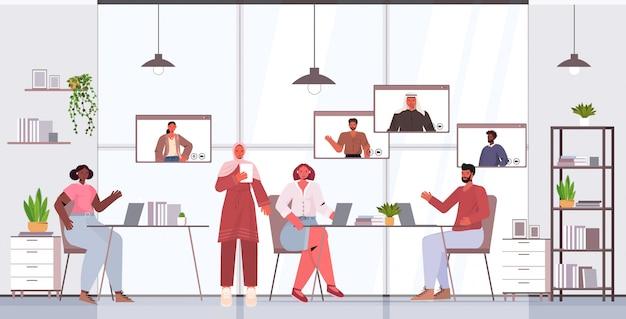 Biznesmeni na czacie z kolegami z wyścigu mieszanego podczas wideokonferencji osób prowadzących konferencję online koncepcja komunikacji wnętrze biura poziome pełnej długości ilustracja