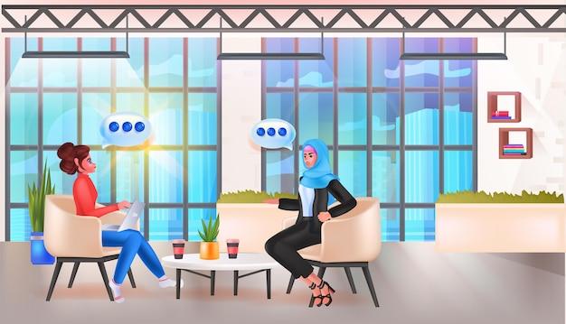 Biznesmeni omawiają podczas spotkania czat bąbelkowa komunikacja praca zespołowa media społecznościowe sieć koncepcja biuro wnętrze pozioma ilustracja wektorowa