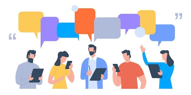 Biznesmeni omawiają sieci społecznościowe, aktualności, sieci społecznościowe