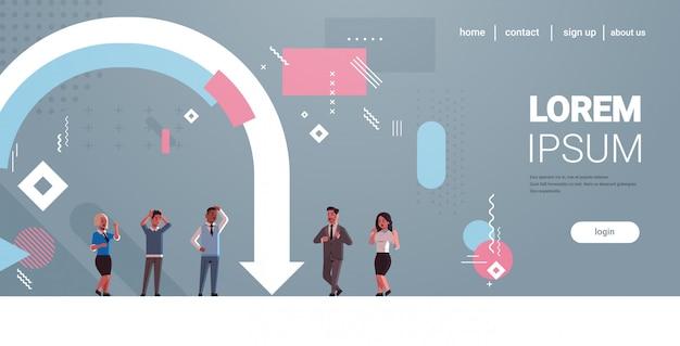 Biznesmeni sfrustrowani ekonomiczną strzałką upadają kryzys finansowy bankructwo ryzyko inwestycyjne koncepcja mix wyścig podkreślił pracowników stojących razem poziomej pełnej długości