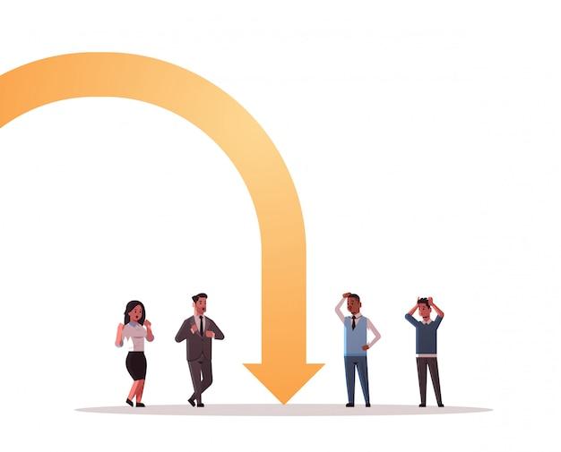 Biznesmeni sfrustrowani ekonomiczną strzałką upadającą kryzysem finansowym bankructwo pojęcie ryzyka inwestycyjnego mix wyścig podkreślił pracowników stojących razem na całej długości