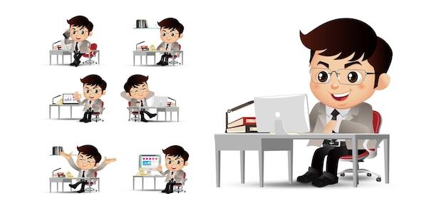 Biznesmeni siedzący przed jego stołem