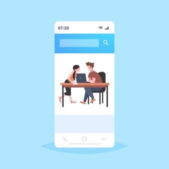 Biznesmeni siedzący przy biurku pracy burza mózgów kobieta mężczyzna za pomocą laptopa omawianie nowego projektu podczas spotkania ekran smartfona aplikacji mobilnej pełnej długości