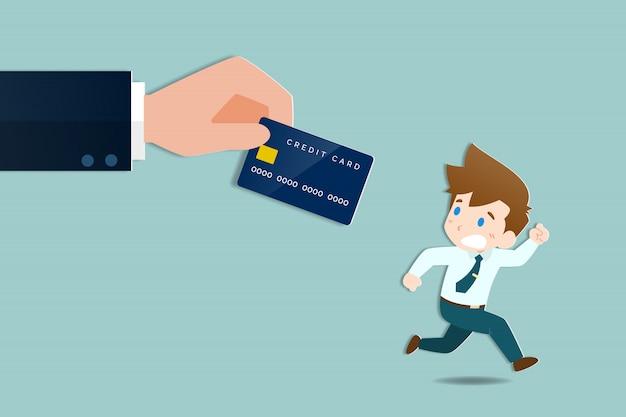 Biznesmeni uciekają duże ręce trzymając kartę kredytową.