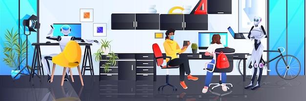 Biznesmeni w maskach i robotach współpracujący w kreatywnej koncepcji pracy zespołowej sztucznej inteligencji w otwartej przestrzeni