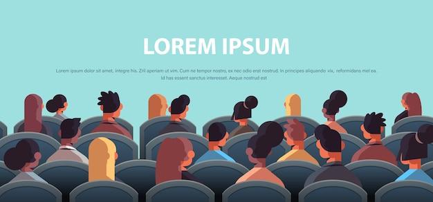 Biznesmeni wyścig mieszanki widok z tyłu siedzi na konferencji publicznej seminarium korporacyjnym kopia przestrzeń ilustracji