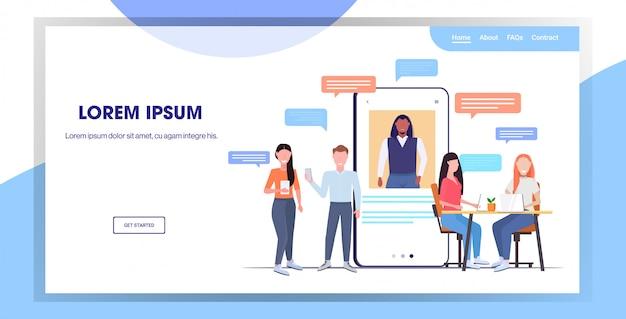 Biznesmeni za pomocą aplikacji do rozmów na urządzeniach cyfrowych sieci społecznościowej czat bańka komunikacja koncepcja