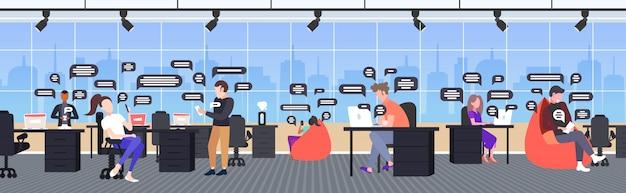 Biznesmeni za pomocą smartfonów online czat aplikacji sieci społecznościowej mowy czat bańka komunikacja koncepcja