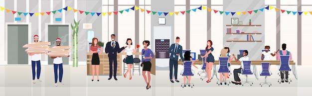 Biznesmenów pracowników jedzenie pizzy picie kawy zabawy na przerwie na lunch firmowe boże narodzenie urodziny uroczystości koncepcja nowoczesne biuro wnętrze płaskie poziome pełnej długości
