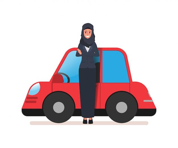 Biznesowa arabska kobieta lub saudyjska kobieta i jej samochód.