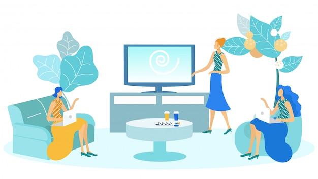 Biznesowa kobieta pracuje na laptopie i je suszi.