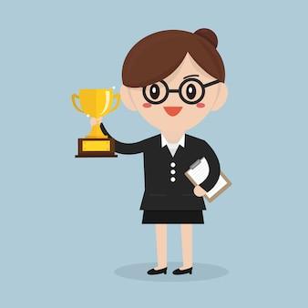 Biznesowa kobieta trzyma trofeum