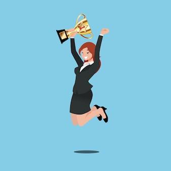Biznesowa kobieta trzyma złocistego trofeum osiągnięcie