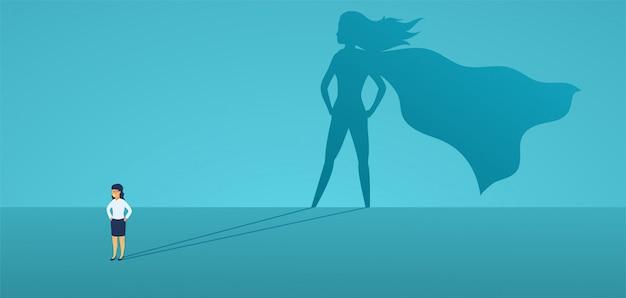 Biznesowa kobieta z wielkim cieniem superbohaterem. super menedżer lider w biznesie. pojęcie sukcesu, jakość przywództwa, zaufanie, emancypacja.