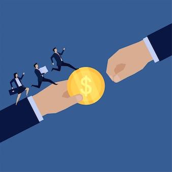 Biznesowa płaska ręka daje monety innym, a prowadzenie zespołu przynosi papiery metaforę współpracy.
