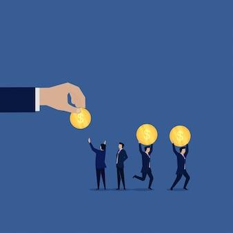 Biznesowa ręka daje darmowe monety na cele charytatywne.