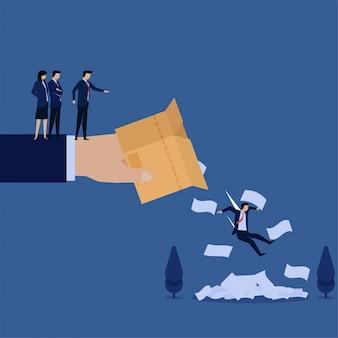 Biznesowa ręka wyrzuca pracownika i papiery z pudełka metafory zwolnionych.