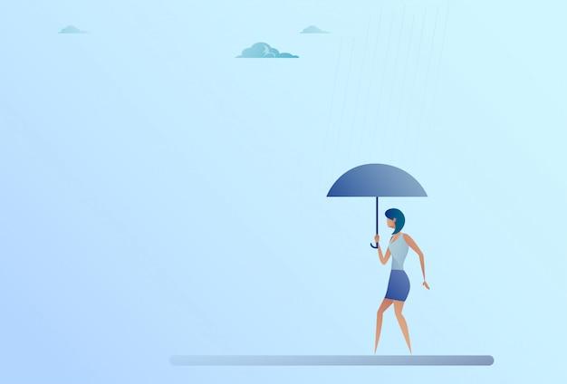 Biznesowej kobiety chwyta parasola stojaka deszczu ochrony ochrony pojęcie