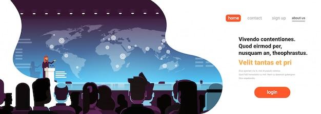Biznesowej konferenci biznesmena arabski polityk opowiada sztandar