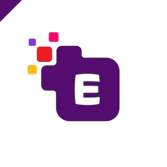 Biznesowy korporacyjny kwadratowy listowy e chrzcielnicy loga projekta wektor. kolorowy cyfrowy list alfabet szablon dla technologii. logo pixel