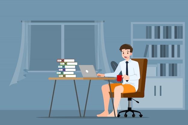 Biznesowy mężczyzna pracuje z laptopem w domu.