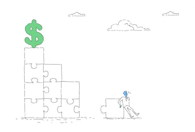 Biznesowy mężczyzna rozwiązuje łamigłówkę dosięgać dolarowego znaka pieniężnego sukcesu pojęcie