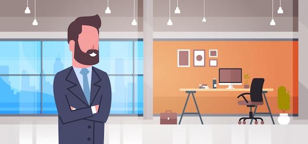 Biznesowy mężczyzna w biurowym boss biurowym miejscu pracy z komputerowym biznesmena workspace wnętrza pojęciem