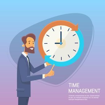 Biznesowy mężczyzna z zegarowym czasu zarządzania pojęciem