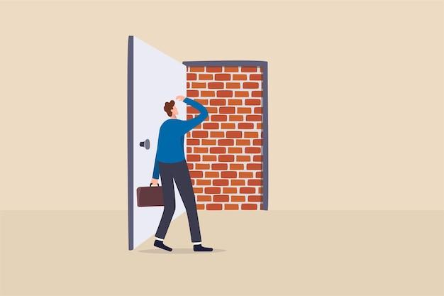 Biznesowy ślepy zaułek, brak możliwości wyjścia lub duży błąd i zła decyzja, przeszkoda i trudność w pokonaniu koncepcji, biznesmen otwiera drzwi wyjściowe i znalazł ceglany mur blokujący drogę.