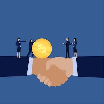 Biznesowy uścisk dłoni i menedżer wysyłają pieniądze na inną metaforę podziału zysków.