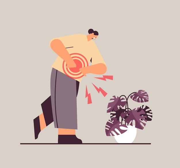 Bizneswoman cierpi na ból stmack zapalenie mięśni koncepcja bolesny stan zapalny podświetlony na czerwono ilustracji wektorowych pełnej długości
