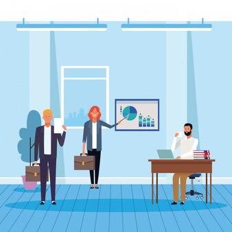 Bizneswoman i mężczyzna wśrodku biura
