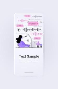 Bizneswoman komunikuje się za pomocą wiadomości głosowych aplikacja czatu audio media społecznościowe online
