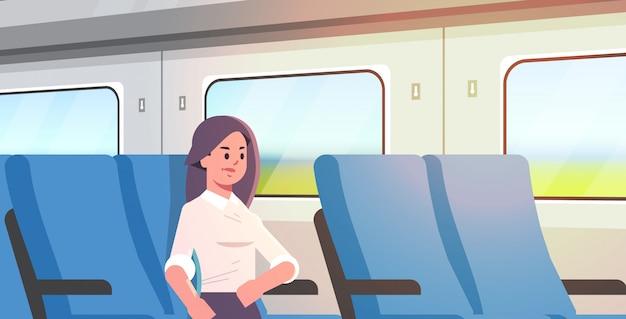 Bizneswoman podróżuje pociągiem pasażera kobieta siedzi na wygodnym krześle podczas podróży służbowej długodystansowego transportu publicznego na duże odległości