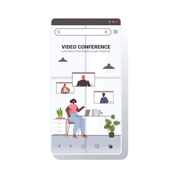 Bizneswoman rozmawia z kolegami z wyścigu mieszanego podczas wideokonferencji osób mających konferencję online koncepcja komunikacji ekran smartfona kopia przestrzeń pełnej długości ilustracja