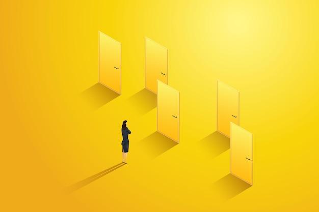 Bizneswoman stoi przed kilkoma drzwiami, myśląc o wyborze jednego