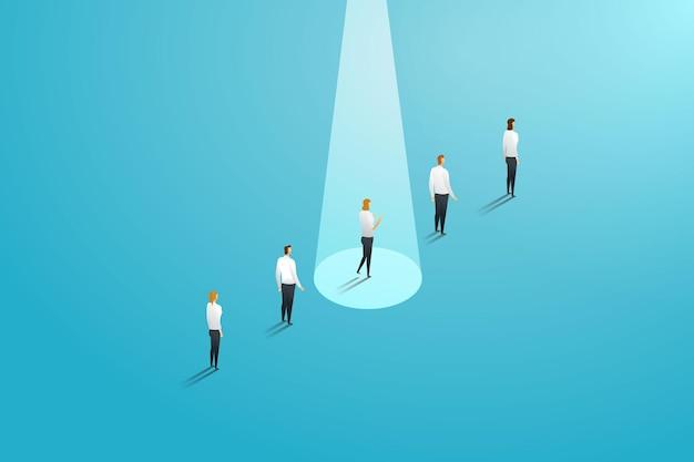 Bizneswoman stojąca w uderzającym świetle w przeciwieństwie do innych pracowników pewny siebie biznesmen