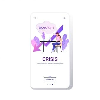 Bizneswoman używać bankructwo gadka bąbel ekran pieniężny arrowed kryzys ekonomiczny spadać pojęcie folował workplace bankructwo kryzys bankructwo arrowed puszek długość przestrzeń telefon app