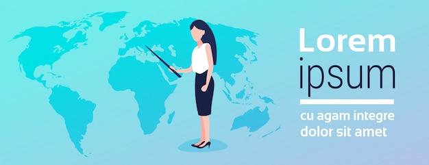 Bizneswoman wskazuje przy światową mapą
