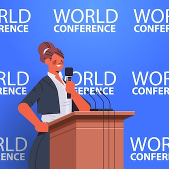Bizneswoman wygłasza przemówienie na trybunie z mikrofonem na ilustracji pionowej konferencji międzynarodowej światowej konferencji