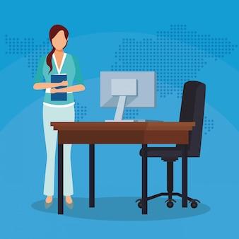 Bizneswoman z skoroszytowego biurka krzesła komputerowym biurem