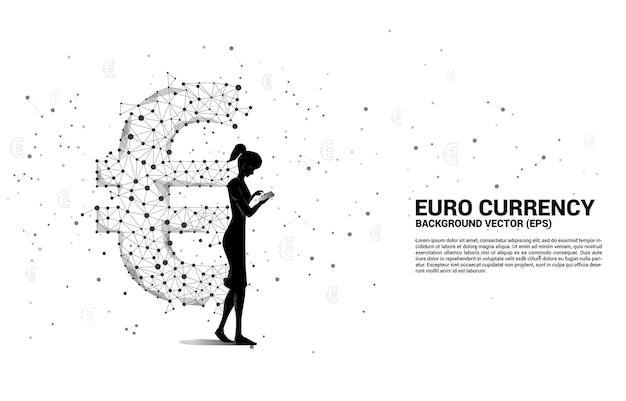 Bizneswoman z telefonem komórkowym i pieniądze ikona waluty euro z linii wielokąta dot connect. koncepcja połączenia sieci finansowej w europie.